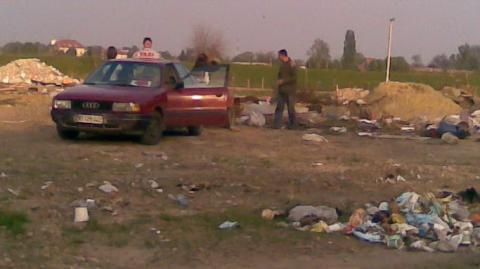 Слика таксисте који избацује отпад на дивљој депонији у Футогу